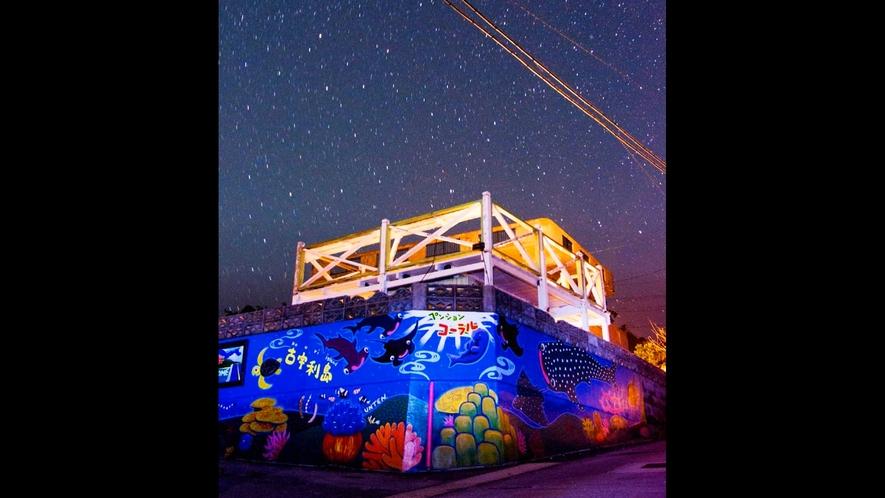 【外観・夜】地元有名アーティストの壁画が目印!