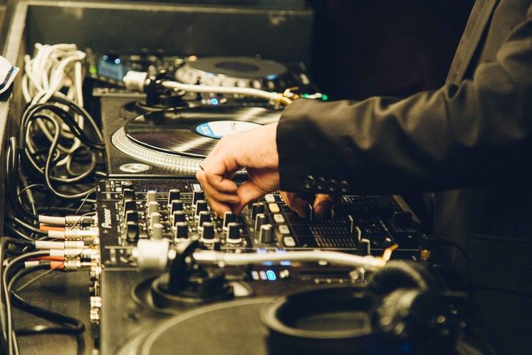 バーラウンジ(DJ)