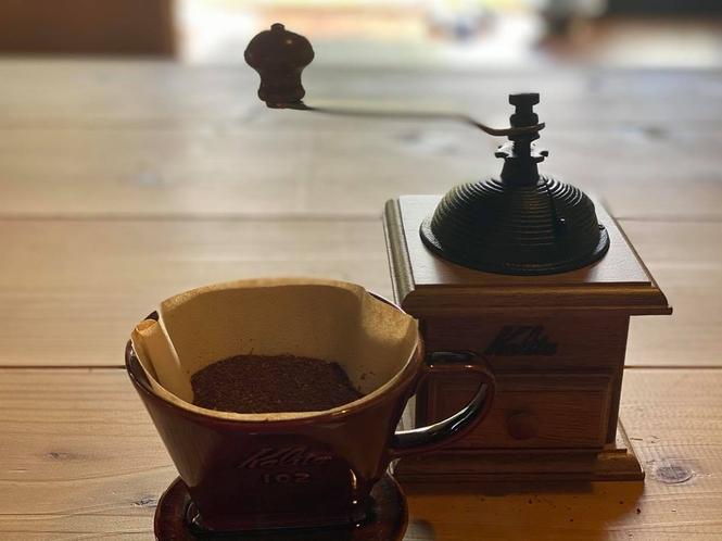 ガリガリと珈琲豆を挽くと良い香りが漂います。