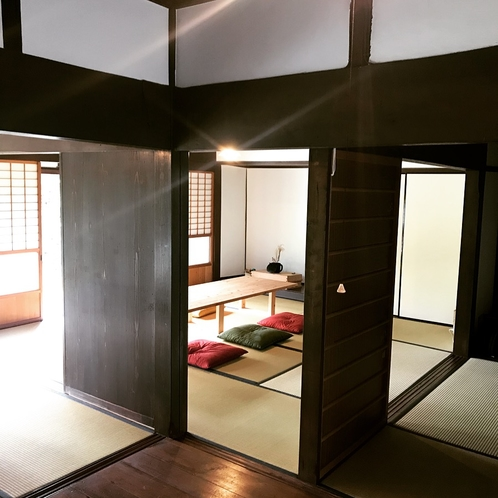 板の間から和室を眺めた風景
