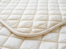 【客室】ベッドパッドは身体によりフィットする低反発素材!