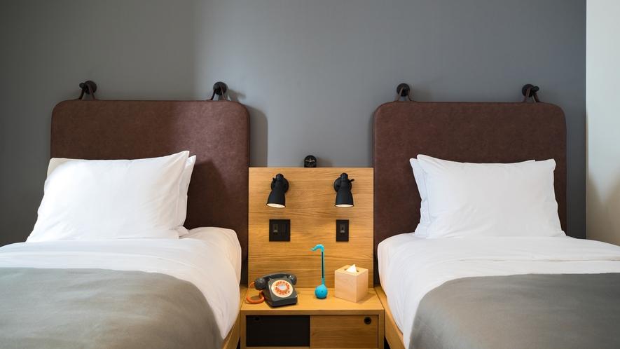 【客室設備】ベッドボードには電話やオタマトーンも設置