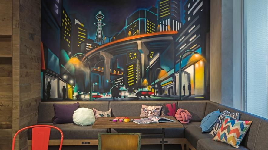 【ライブラリーエリア】静かなこのエリアにも、Wall Art☆