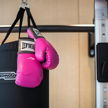【フィットネスルーム】ボクシンググローブもモクシーカラー☆