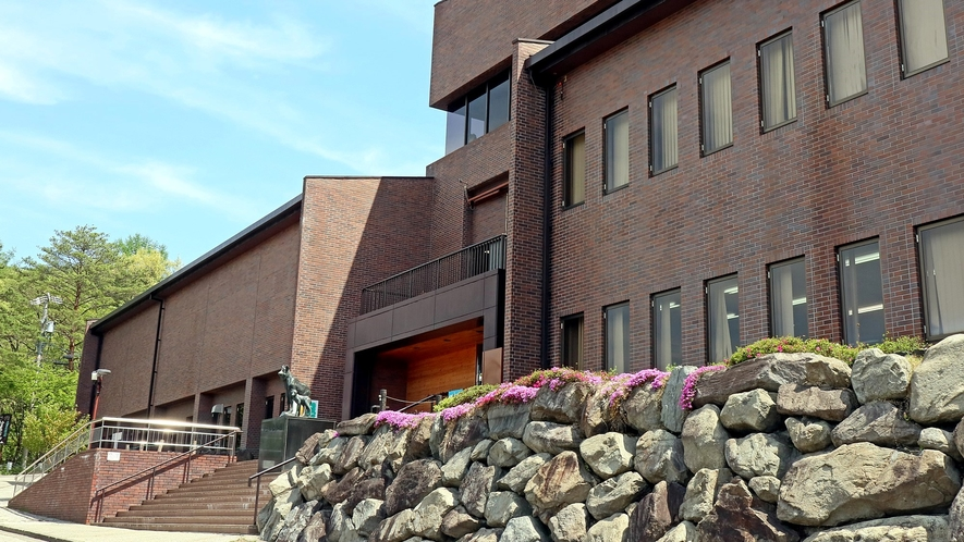 「大町山岳博物館」当館から車で約15分です。