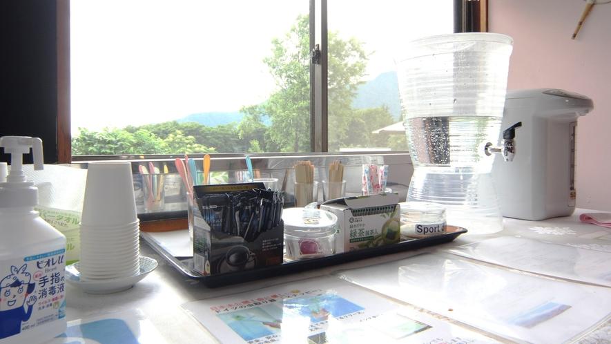カフェスペースのフリードリンクコーナー。電子レンジ・ケトル・オーブンなど。