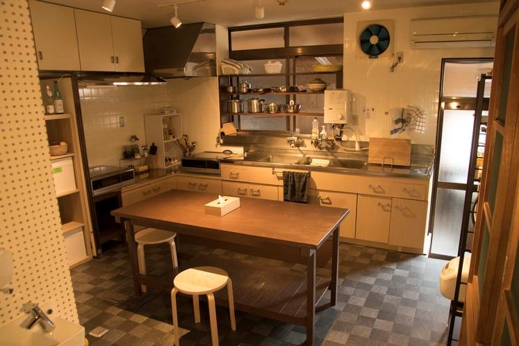 自炊のできる共用キッチン(調理家電、調理道具、調味料等一式取り揃えております)