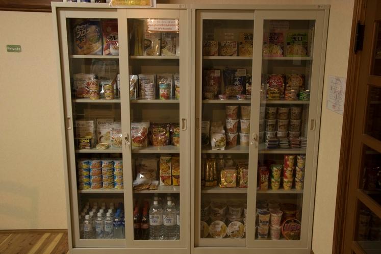 館内にてカップラーメン、水、ビール、パスタ、シリアル、缶詰など販売しております。
