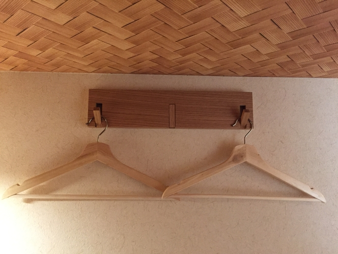 ドミトリーの各ベッドにハンガーがあります