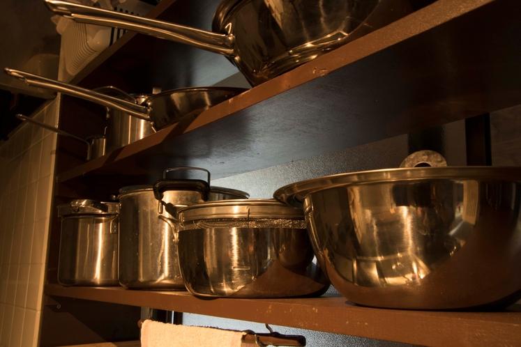 自炊のできる共用キッチン(調理道具等一式取り揃えております)