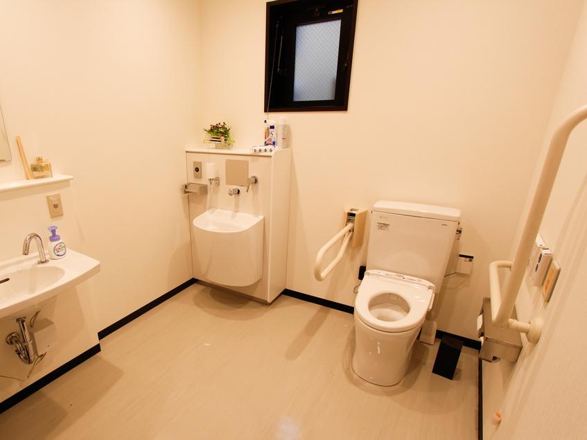 ◆多目的共用トイレ◆多少ではございますが、手すり等もございます♪