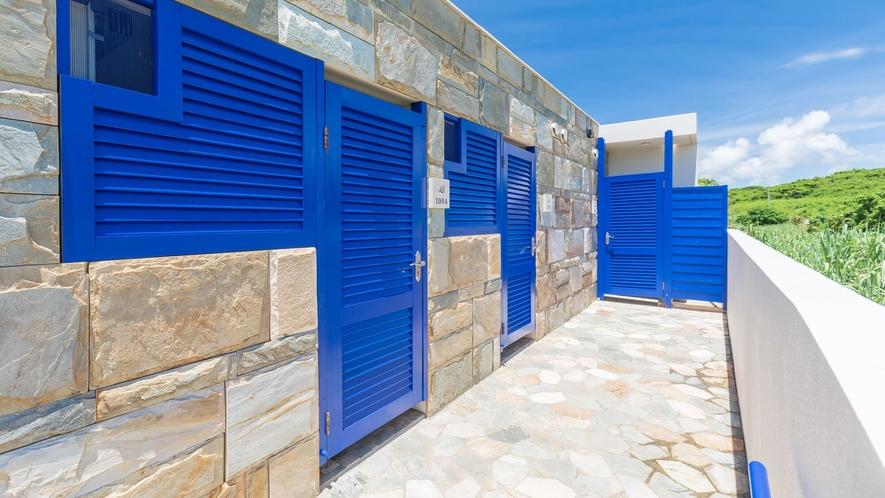 ●真っ白な壁、石畳、それに映える色鮮やかな青