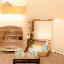 【客室内 愛犬用品】食器、おやつ、エチケット袋、足拭きフォーム、タオル、トイレシートなど