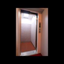 防犯カメラ付きの最新エレベーターです