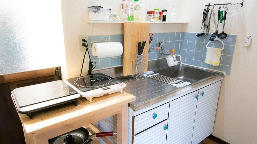 ・【共用キッチン】決して大きくはないスペースですが、問題なく調理を行うことができます