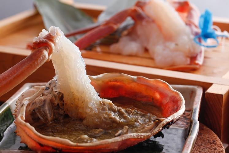 活本松葉がにプランの甲羅味噌焼きは、紀州備長炭で。