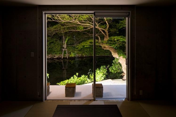 窓から見える夜の景色