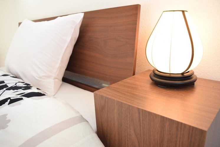 寝室サイドテーブル