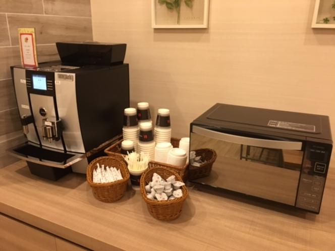 無料のコーヒーと電子レンジ