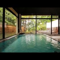 【内湯】足を伸ばして腕を広げてゆった~りのんび~り温泉を堪能してください。
