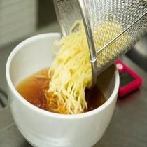 ◆アツアツのスープに麺を入れて♪