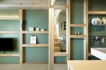 """◇YAGURA Room◇すべて90mm角の角材でデザインした""""仕掛け壁""""は機能的な収納スペースに"""