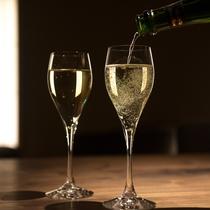 ゲストラウンジ「音羽リビング」アペリティフタイムにはスパークリングワインも無料でご提供。