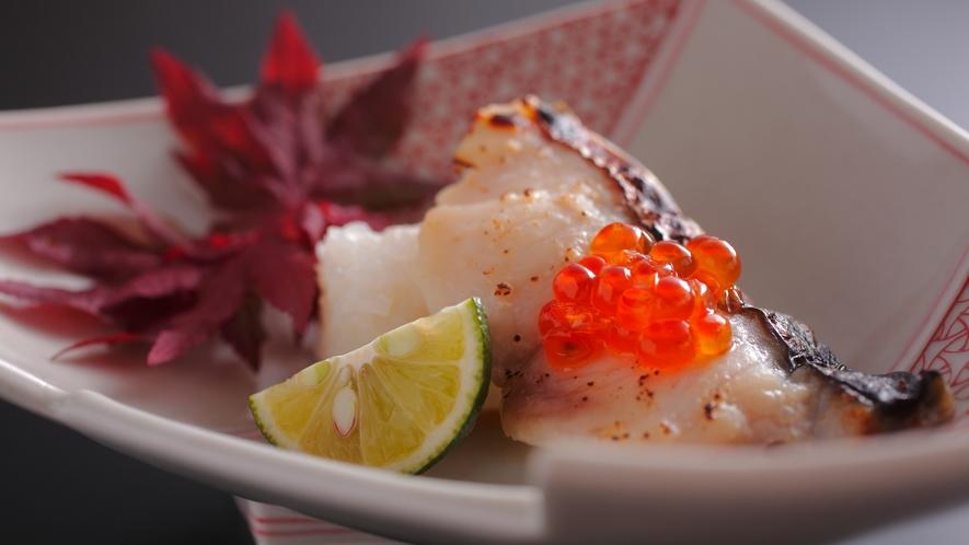 【ダイニング「清水茶寮」】夕食イメージ 飯蒸し 本日の魚の味噌漬け、いくら醤油漬け