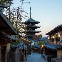 京都らしい町並みから望む八坂の塔