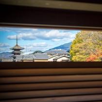 東山エリアのシンボル「八坂の塔」を浴室内から垣間見ることができます。