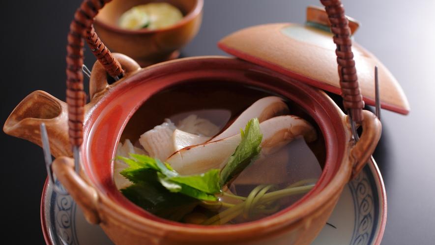 【ダイニング「清水茶寮」】夕食イメージ 秋鱧と松茸の土瓶蒸し