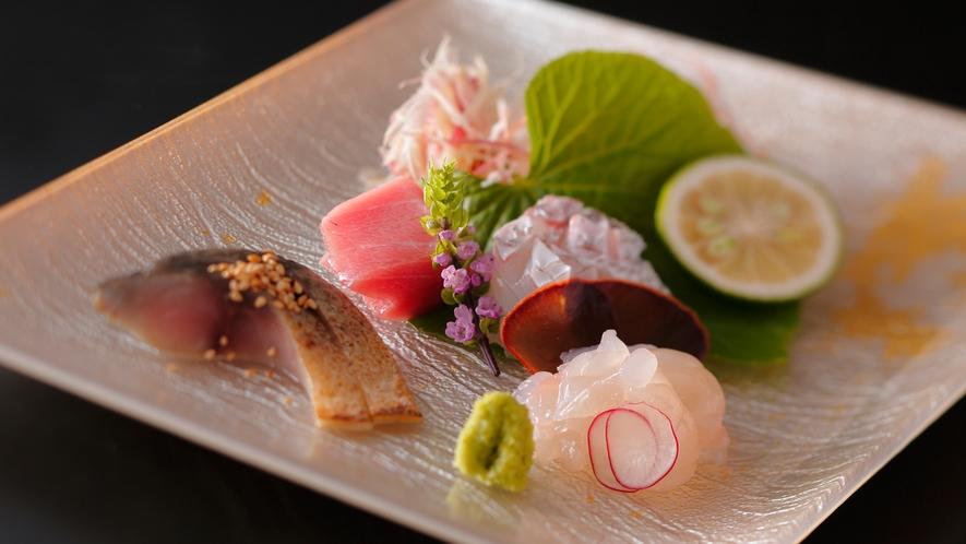 【ダイニング「清水茶寮」】夕食イメージ 鳴門鯛、伊勢海老、若狭のしめ鯖の炙り、あしらい一式