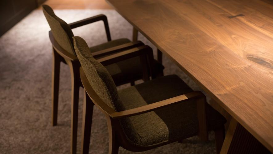 ゲストラウンジ「音羽リビング」テーブル席・ソファ席のほか、お仕事スペースにも使えるカウンター席も。