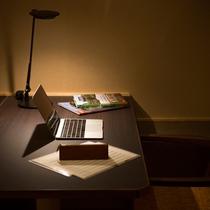 旅先の書き物やお仕事に便利なちょっとした書斎スペースを多くのお部屋に設えました(イメージ)