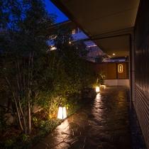 京都のひっそりとした裏路地や小路に迷い込むかのようなエントランス