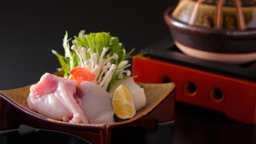 【ダイニング「清水茶寮」】夕食イメージ 淡路島3年とらふぐのてっちり鍋、原木椎茸、九条葱とともに