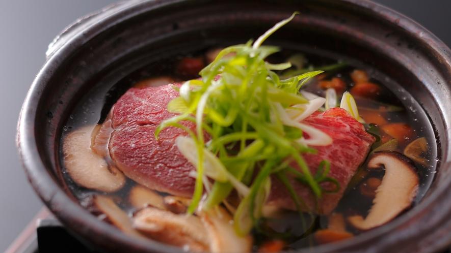 【ダイニング「清水茶寮」】夕食イメージ 黒毛和牛と京豆腐のきのこ鍋、原木椎茸、舞茸ほともに