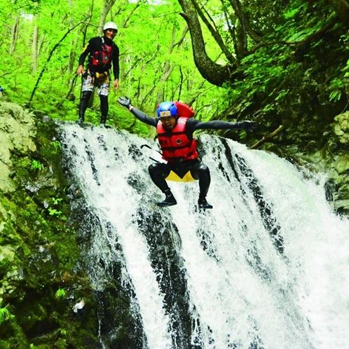 *キャニオニング/天然のウォータースライダーや6mの滝つぼなど、エキサイティングなコースです。