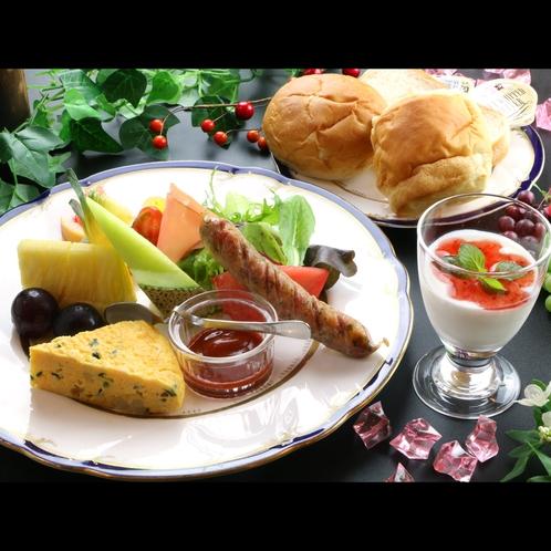 【朝食一例】朝は新鮮なフルーツ・野菜・パンを召し上がれ