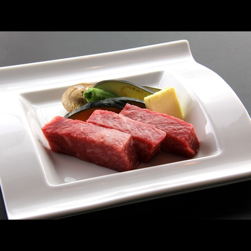【夕食一例】和牛の陶板焼きは人気の逸品
