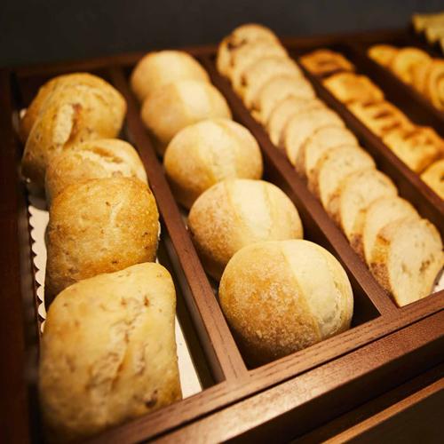 【焼きたてパン】自慢のサックサクのクロワッサンをを初め、毎日焼きたてのパンを数種類ご用意しています