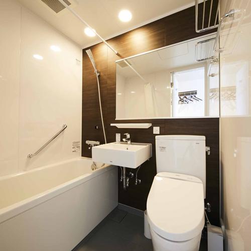 【客室バスルーム】木目の風合いと白を基調にした明るいバスルーム