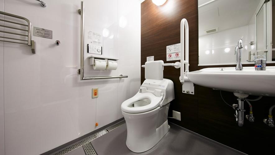 【ユニバーサルツイン】広めのトイレは手すりもあり、車椅子のままご利用いただけるバリアフリー仕様