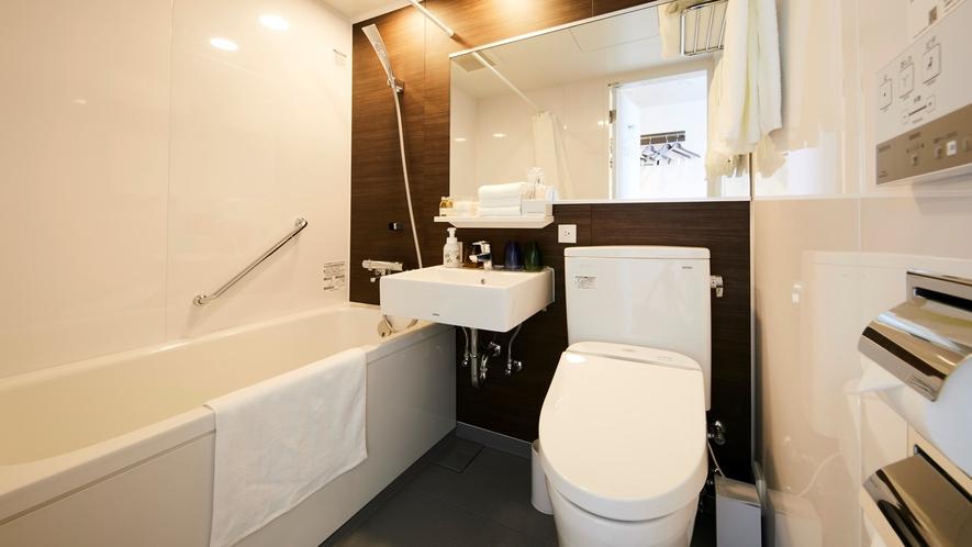【客室バスルーム】木目の風合いと白を基調にした明るいバスルーム。こだわりリネンやアメニティをご用意