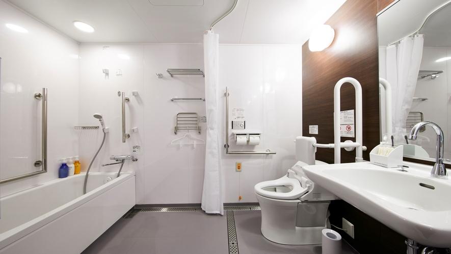 【ユニバーサルツイン】広めのバス・トイレは手すりもあり、車椅子のままご利用いただけるバリアフリー仕様