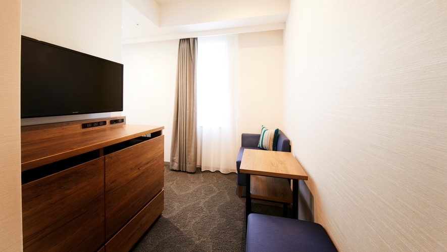 【モデレートダブルB】お二人でお寛ぎいただけるソファー&テーブルスペースも備えた快適な室内空間