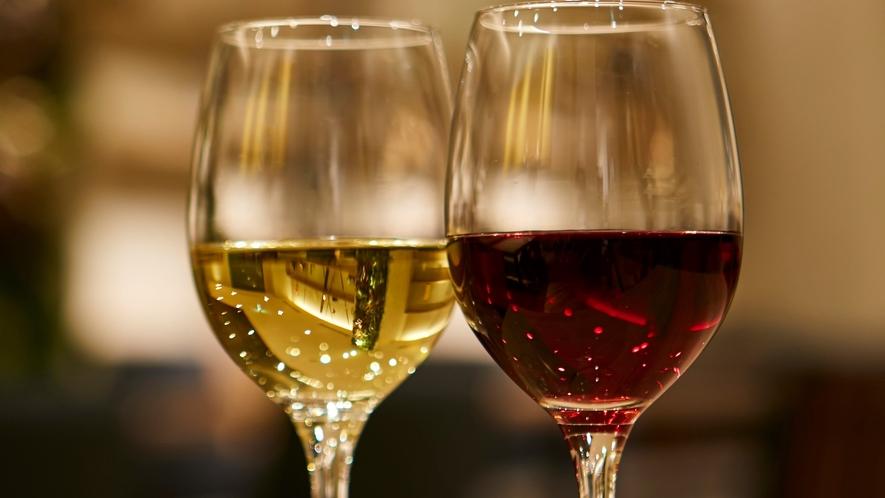【ラウンジサービス】ナイトタイムは、ラウンジで赤白グラスワインをサービス。ゆったりと大人のひとときを