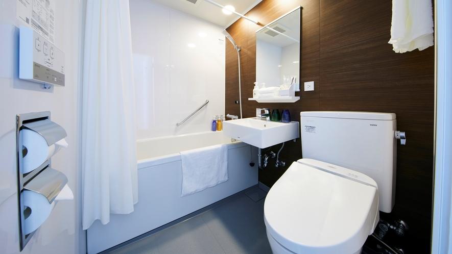 【客室バスルーム】木目の風合いと白を基調にした明るいバスルーム。