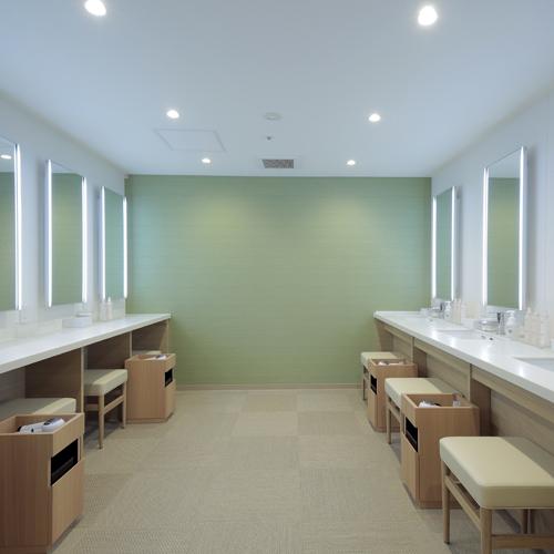 女性用のパウダールームは、照明付の大きな鏡やさまざまなアメニティがあり朝のお支度にもオススメ