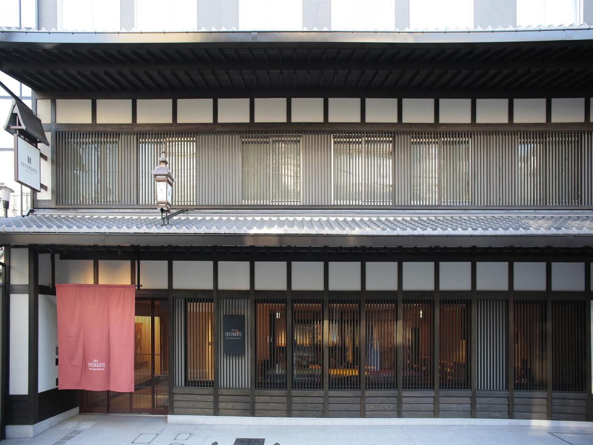 *【ホテル外観ー春】四条烏丸駅徒歩5分。歴史ある町並みの中に位置し京町屋を思わせる格子が印象的な外観